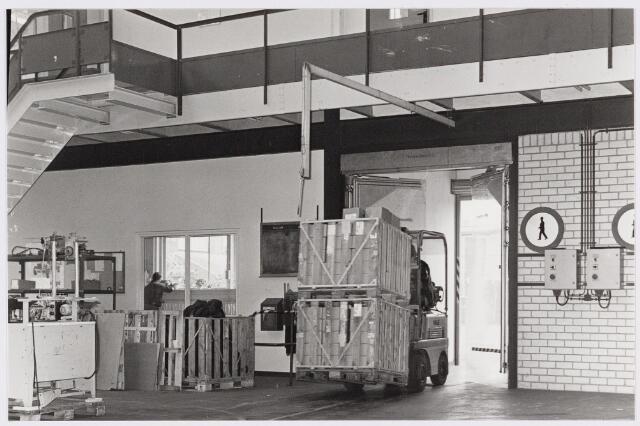 050118 - Volt. Noord. Centraal Magazijn. Logistiek. Vervoer. Expeditie. Een kijkje in het nieuwe magazijn in 1978 in hal  N.O.