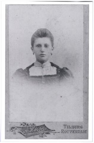 004357 - Maria Cornelia (Marie) van GORP (Tilburg 1883-1962), dochter van Peter van Gorp en Adriana Maria van Poppel. ZIj trouwde in 1907 met Franciscus Arnoldus Peeters (Tilburg 1879-1967)