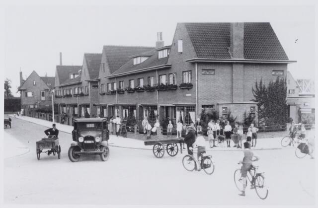 050019 - Verkeersles in de wijk Armhoefse Akkers.Links de Heile Schoorstraat, rechts de Pelgrimsweg.  Foto uit ´Je Taalboek´ van  frater Victor van Nispen.
