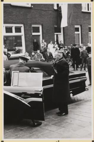 072882 - Afscheid burgemeester J.H. Bardoel.  Aankomst bij de kerk van St. Jans Onthoofding. J. Bardoel.