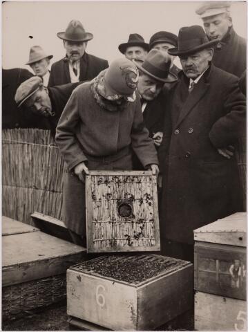 040718 - Bijenmarkt op het Gem. Sportpark te Tilburg (5-4-1929)