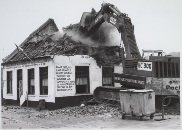 026168 - Op 11 juni 1982, precies om 15.00 uur, begon de firma Van Hees met de sloop van garage Oppermans aan het Lijnsheike, waarmee een einde kwam aan een langdurig conflict tussen eigenaar en gemeente