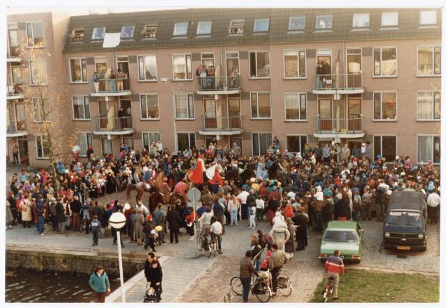 053250 - Intocht van St. Nicolaas op 17 november 1985. foto: aankomst bij Tamboerskade, opstelling majorettencorps en verwelkoming van Sinterklaas.