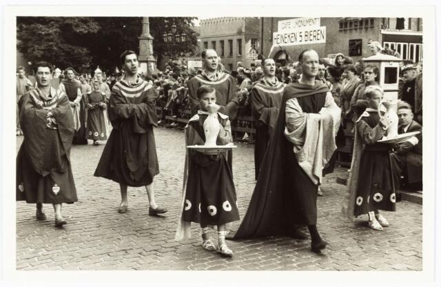 009234 - Heilig Hartstoet. groep vreemdelingen herbergen. 5e van links Jan de Leeuw
