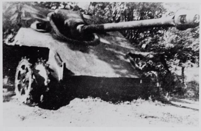 """045686 - WO2 ; WOII ; Tweede Wereldoorlog. Een Duitse tank """"Jagd Panther"""" tijdens de gevechtshandelingen in oktober 1944 door de geallieerden op de Nieuwkerksebaan in brand geschoten."""