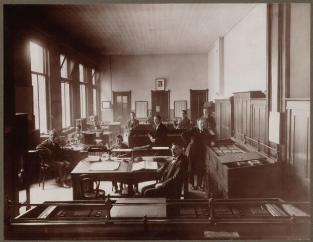104137 - Afdeling Bevolking van de gemeentelijke secretarie Tilburg, toen gehuisvest in de achterbouw van het Politie-bureau aan de Bisschop Zwijsenstraat. vlnr: J.F. de Louw, H.J.C. van Loon, C. Roomer, A.C.J. van der Waarden, B.W.J. Vuysters, H.A. van Pelt (geheel achter), F. Broers, G.J. Vermeulen (geheel vooraan) , A.Th.C. Coehorst, A.D. de Cocq, G.J. Zegers.