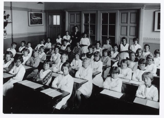 051379 - Basisonderwijs. Klassenfoto r.k. lagere school. Meisjesschool Korvel. Achter in de klas juffrouw Anny van de Sande.