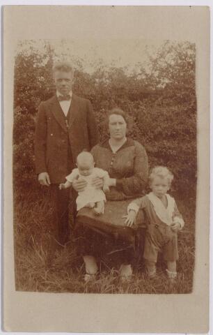 044601 - Electromonteur Petrus Joannes Josephus (Piet) de Bruijn, geboren te Berkel op 21 maart 1894 en overleden te Tilburg op 26 mie 1977, met zijn vrouw, Cornelia Johanna Aarts, geboren te Tilburg op 21 november 1891, en hun kinderen Albertus Petrus Antonius de Bruijn, geboren te Tilburg op 18 juni 1924 en Cornelia Maria Elisabeth de Bruijn, geboren te Tilburg op 21 maart 1926.