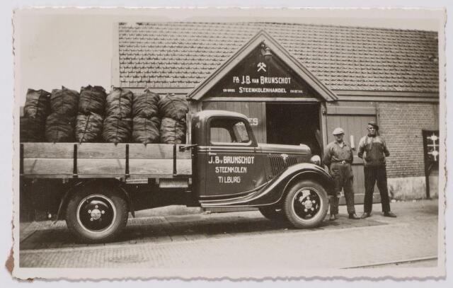 043998 - Garage annex paardenstallen aan de Karrestraat van de firma J.B. van Brunschot, steenkolenhandel.