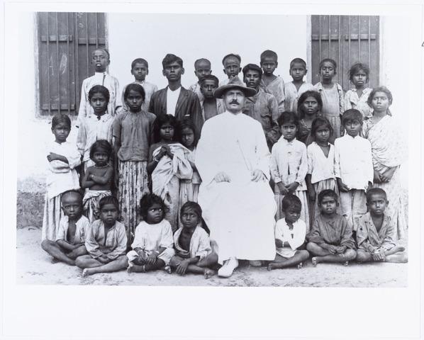 006410 - Joannes Josephus Aelen, pastoor van Nellore India met parochianen. Hij werd geboren te Tilburg op 29.10.1876 en overleed aldaar op 3.11.1950.