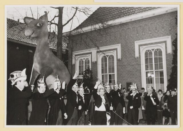"""080310 - Carnaval Udenhout Prins Acremendo, Ad van Rijsewijk. !971/1972 Onthulling van de mascotte van het Udenhoutse carnaval """"Kupke d'n stèloor""""."""