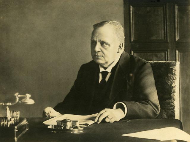071488 - Leonardus Johannes Goijaerts, architect en wethouder van Tilburg, aldaar geboren op 11 oktober 1852 en overleden op 19 juni 1918. Hij was een zoon van Johannes Franiscus Goijaerts en Anna Maria Mennen en trouwde met Maria Clara Antonia Vermeulen.
