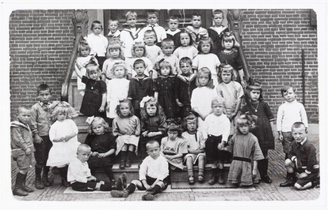009751 - kinderen van de lagere school parochie 't Goirke voor de oude pastorie, zittend op de onderste traptrede: links Kees van Gorp *1919 (musicus) rechts Frans van Gorp *1917 (bekend koorzanger)