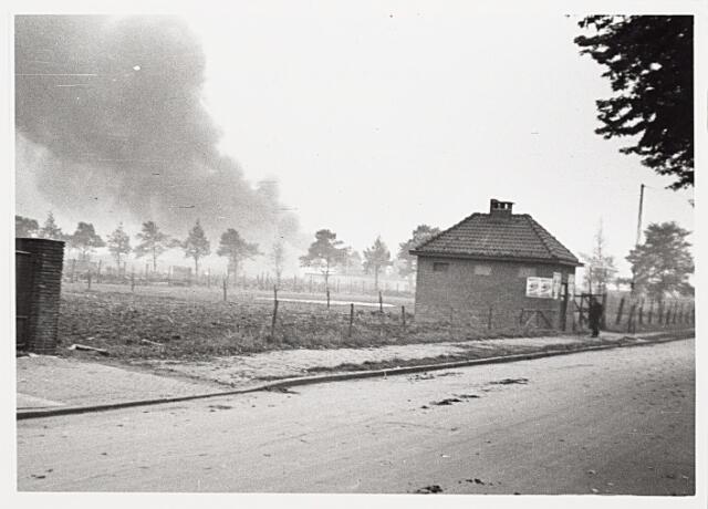 012403 - Tweede Wereldoorlog. Bevrijding. Rookpluimen hangen boven de Ringbaan-Oost vanwege de brand bij textielfabriek TKT