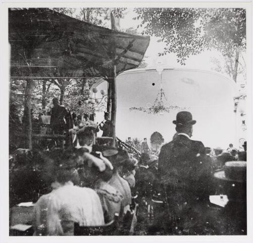 042617 - Een grote groep belangstellenden in de tuin van de NK Harmonie aan de Stationsstraat ter gelegenheid van een militair muziekfeest dat in juni 1905 in Tilburg plaatsvond