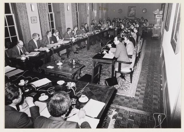 101292 - Gemeentehuis / stadhuis. Laatste gemeenteraadsvergadering in Huize Limburg voor de verhuizing naar de nieuwbouw.