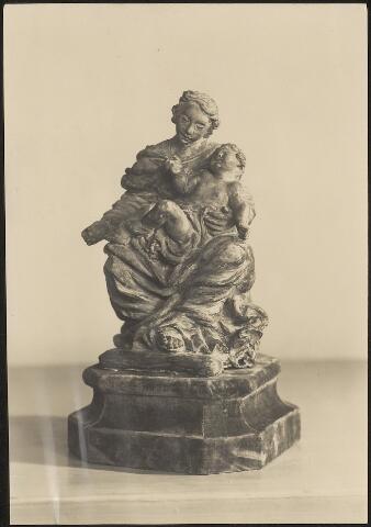603787 - Fa. Donders Interieur, Tilburg. Beeld van O.L. Vrouw met kind. Op de foto is niet te zien of het beeld van marmer of van hout is gemaakt.