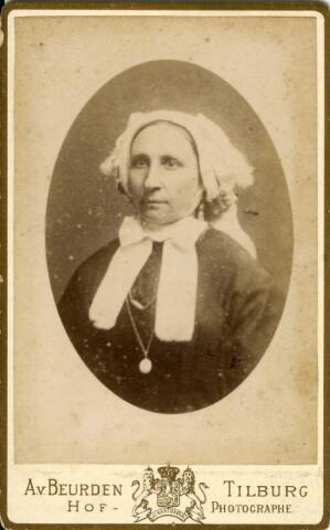 092909 - Onbekende vrouw uit de omgeving van Tilburg in klederdracht. Zij draagt de zondagsmuts van de boerinnen uit het gebied ten oosten en noord-oosten van Tilburg, o.a. Moergestel.
