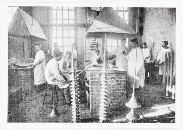038334 - Interieur van de M.J.H. Kessels, Koninklijke Nederlandsche Fabriek van Muziekinstrumenten,  koperen blaasinstrumenten werkplaats