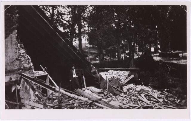 013457 - WOII; WO2; Tweede Wereldoorlog. Oorlogsschade. Vernielingen. Kastelein L. van Gaal temidden van de ravage die Duitse bommen aanrichtte toen zijn café De Vier Winden aan de Bredaseweg op 10 en 11 mei werd bestookt