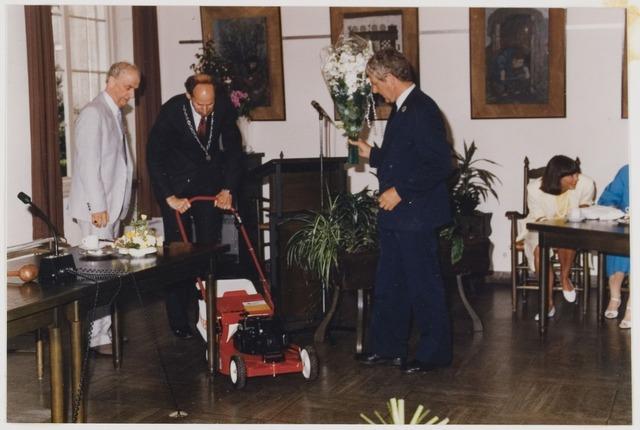 078452 - Udenhout: Slimstraat 2. 1 juni 1986 De heer Anton van der Sande ereburger. Het cadeau.