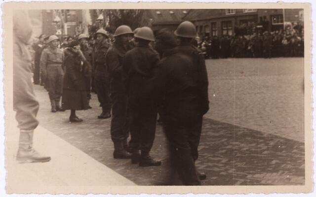 012749 - WO2 ; WOII ; Tweede Wereldoorlog. Koninklijk bezoek. Koningin Wilhelmina in gesprek met enkele leden van de Stoottroepen tijdens haar bezoek aan bevrijd Tilburg op 18 maart 1945