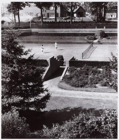 053975 - Sport. Tennis. Tennisbaan aan de Goirleseweg in het Sportpark; het centercourt
