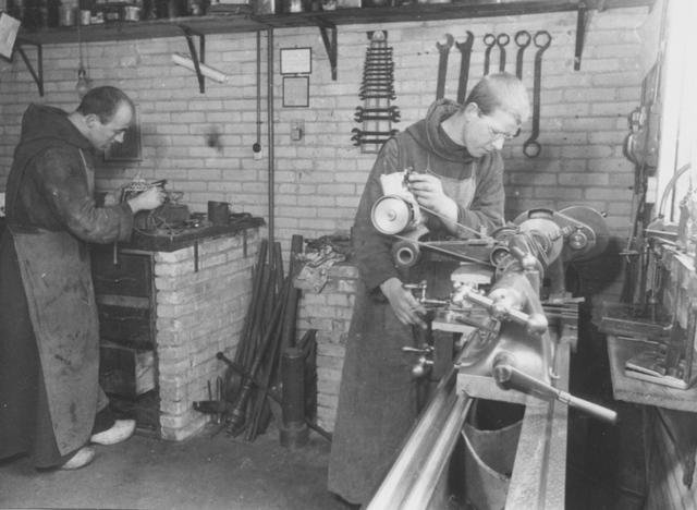 105283 - Monnikenleven Monniken aan het werk aan de draaibank. . Metaalbewerking in de St. Paulusabdi, 1944. Kloosters  Kloosters. Sint Paulusabdij.