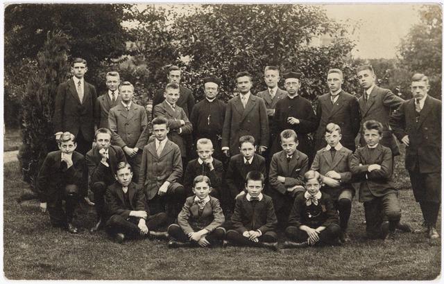 051610 - Onderwijs. R.K. Gymnasium. Studenten van het gymnasium met staande in het midden pater Claudius Piggen en pater Ewaldus van Bergen.