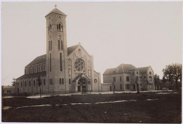 018277 - Willibrorduskerk van de parochie Loven kort na de ingebruikname in 1922. Architect was C. van Hoof