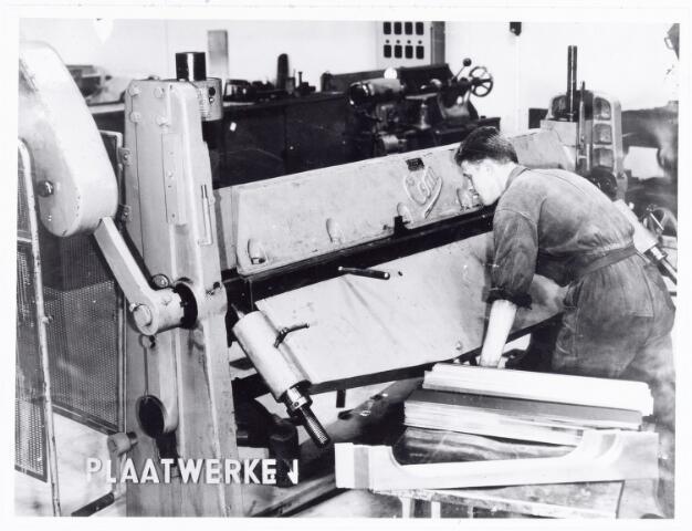 038571 - Volt. Noord. Opleidingen. Foto gebruikt tijdens de tentoonstelling 25 jaar vakliedenopleiding Volt in 1964. Hier de z.g.n. zetbank waarop plaatmateriaal onder een bepaalde hoek kan worden omgezet.