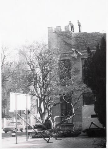 032303 - Sloop Natuurhistorisch Museum aan de Paleisstraat thans Stadhuisplein, door de firma van Aarle in 1964, met op de voorgrond de magnolia zie documentnummer 32308