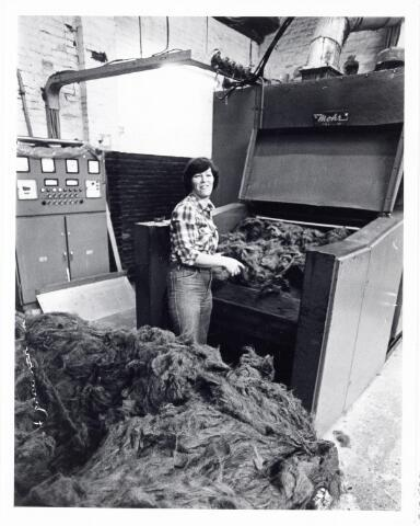 038110 - Textielindustrie. Interieur van de Firma Wolkat, lompengroothandel.
