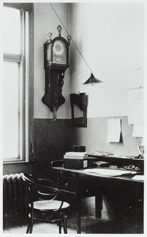 """065157 - GGD, Gemeentelijke Gezondheidsdienst. Kantoor van de administratie in het """"nieuwe"""" gebouw."""