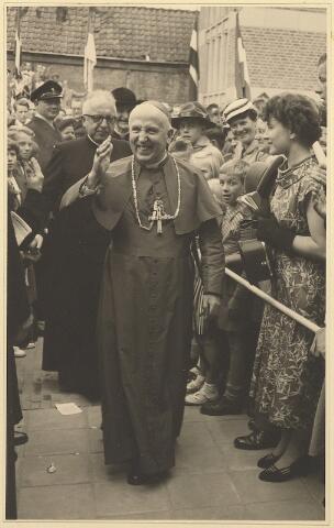 604024 - Parochie Gasthuisring: Mgr. Mutsaerts na afloop van de consecratie van de nieuwe kerk O.L.Vrouw van Altijddurende Bijstand. Achter hem: parochie-pastoor K.D.J. Jansen.
