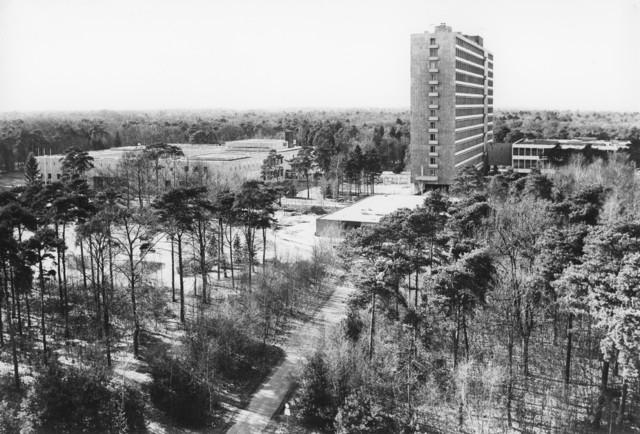 1238_F0421 - Luchtfoto. Tilburg Universiteit, gebouwen gezien vanuit de lucht. Architect: Bedaux. 1959 begonnen met de bouw. De hoogbouw werd gerealiseerd tussen 1968 en 1971.