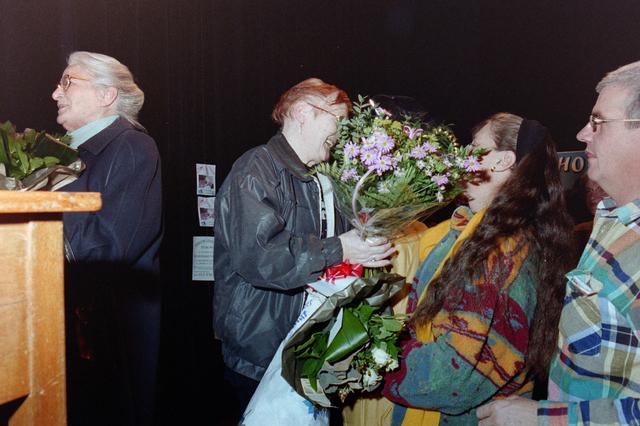 1237_001_037_028 - Vrijwilligerswerk. Een feestelijke bijeenkomst van Stichting Contour in Theater De Vorst (tegenwoordig theater de Nieuwe Vorst) in december 1997. Bloemen en felicitaties, mogelijk in het kader van de stimuleringsprijzen.