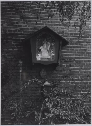 026521 - Mariakapelletje tegen de muur van de reeds afgebroken school aan het Molenbochtplein
