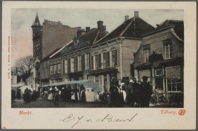 010232 - De Markt, later de Oude Markt op een marktdag. Tot 1903 werden er allerlei artikelen verhandeld, vanaf 1903 uitsluitend groente. Bijna alle vrouwen lopen nog klederdracht.