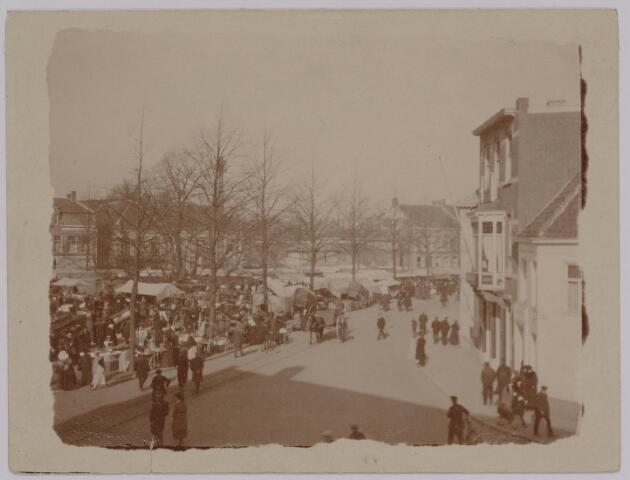 040631 - Markt op de Heuvel. foto genomen vanaf woonhuis wijlen dr. Taminiau.