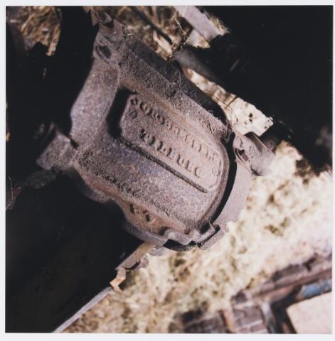 055604 - Hilvarenbeek, landbouw. Interieur schuur boerderij Doelenstraat 72 Hilvarenbeek, afgebroken in 1999. Op de foto een detail van een strohakker, het apparaat werd vervaardigd in metaalwarenfabriek Bressers te Tilburg ± 1900.