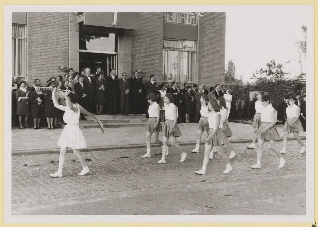 072990 - Opening gemeentehuis door de Commissaris van de Koningin Kortmann.  Defilé verenigingsleven vóór het gemeentehuis. K.P.J.