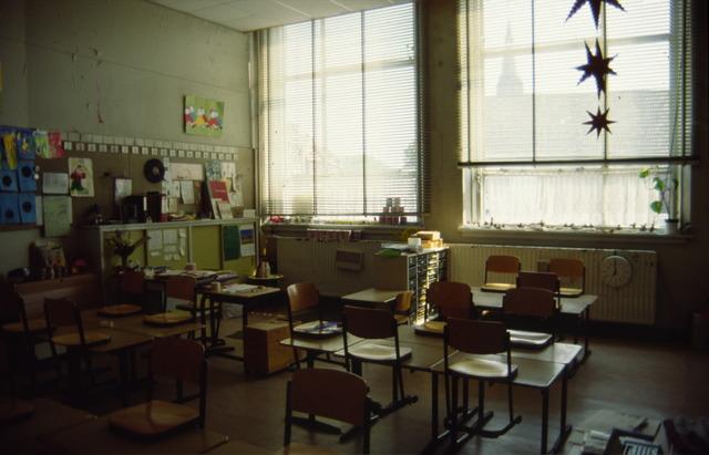 656503 - Afbraak van de Sint Josephschool in de Hoefstraat Tilburg in 1990. Te zien is een klaslokaal.