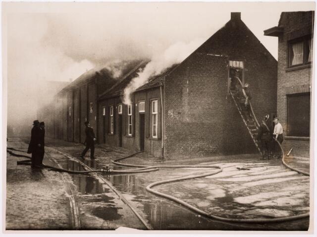 033763 - Panden aan de Varkensmarkt 29-30-31 door brand verwoest; brandweer probeert te redden wat er te redden valt