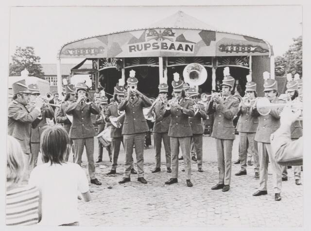 081933 - Opening zomerkermis in Rijen door E.M.M. De kermis was tbv nieuwbouw S.K.W. 75 jarig bestaan van Euterpe en 10 jarig bestaan van E.M.M.