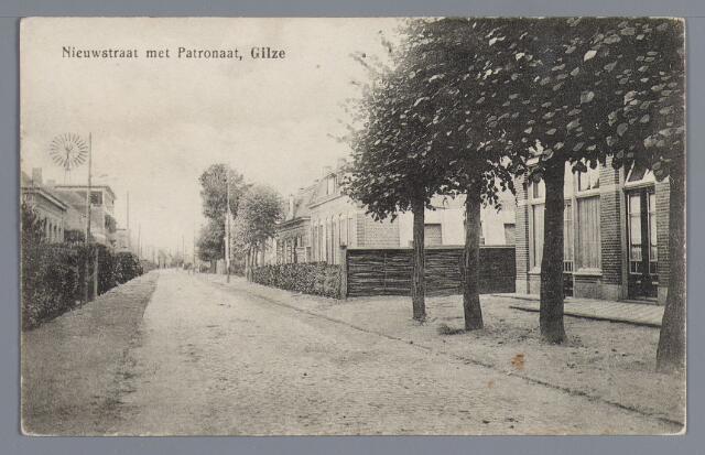 057931 - Gilze, omstreeks 1919. Rechts café en slagerij C. Kools, in 1920 patronaat, daarna raadhuis, daarnaast dubbele woning voor Peeren gebouwd voor 1910, daarnaast slagerij Segers (nr. 28 in 1972). Links met windmolen looierij Aarts (nr. 21 in 1972).