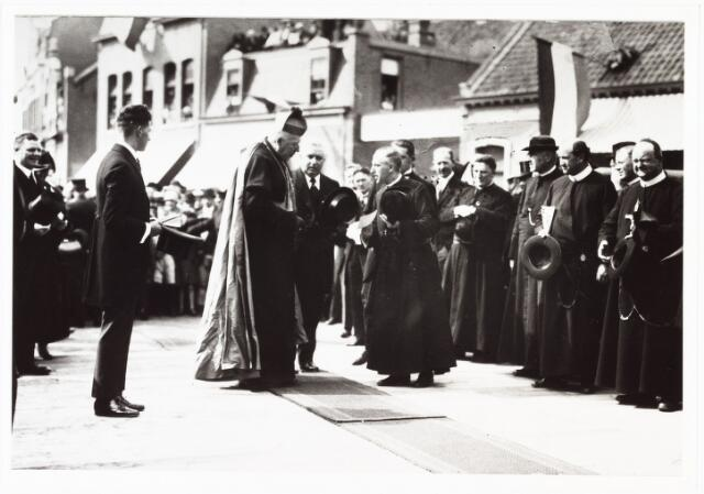 008941 - Onthulling van het Petrus Donders monument. Uiterst links Jos Mannaerts, NN, mgr. Diepen, dhr. Ackermans, W.P.A.M. Mutsaerts secretaris van het Bisdom, later 1927 bouwpastoor parochie Theresia, daarna bisschop van 's-Hertogenbosch, daarachter met gekruiste armen pastoor W.J.J. de Klijn (1884-1958).