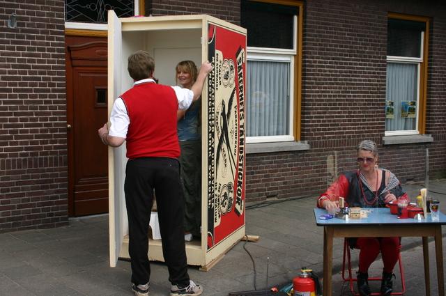 657217 - Sint Job viering in Berkel-Enschot op het plein voor de Sint Ceciliakerk.  Op de tweede, of soms derde, zondag van mei gaan mensen op bedevaart naar Sint Job in Enschot. Dit is tegenwoordig een dorpsfeest, met pleinfeest Sint Job.