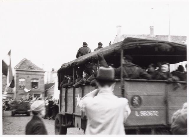 012612 - WO2 ; WOII ; Tweede Wereldoorlog. Bevrijding. Een geallieerde legertruck met soldaten rijdt op 4 november 1944 het Willemsplein op om deel te nemen aan het bevrijdingsfeest