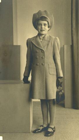 604418 - Tweede Wereldoorlog. Oorlogsslachtoffers. Johanna Henrica H. Mommers, werd geboren op 18 maart 1934 in Tilburg en overleed op 17 januari 1945 in Tilburg.  Op woensdag 17 januari 1945 sloeg een viertal granaten in in Tilburg Noord. De granaat die terecht kwam in de Hasseltstraat  sloeg in om vier minuten voor één. Hulpverleners en nieuwsgierigen liepen naar het getroffen pand waar een gewonde was. Op dat moment, het was precies één uur, sloeg er een granaat  in voor de Hasseltse kerk,  tussen het publiek. Het resultaat: 16 doden.